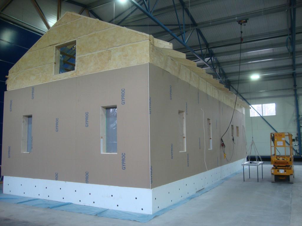 Siirretyn hallin sisällä on aloitettu jo taas uuden talon rakentamista. Liikkuva halli mahdollistaa nopean rakennusaikataulun.