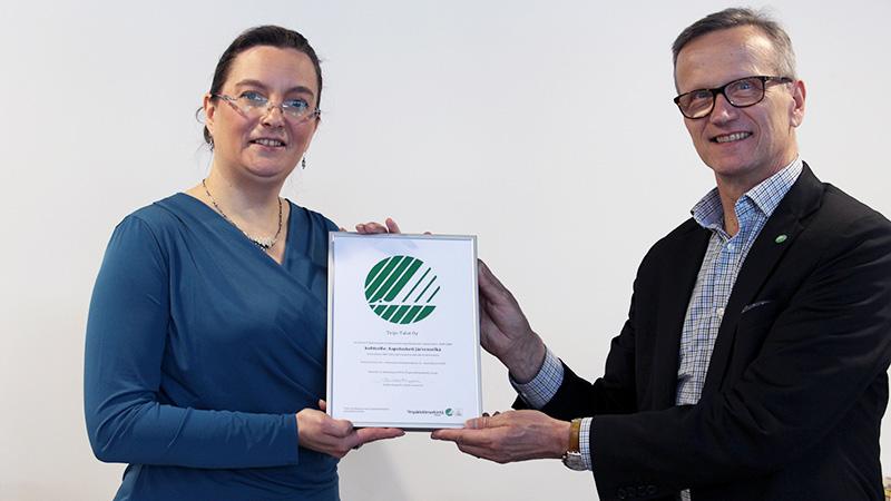 Petri Väisänen ojensi Heidi Karlssonille Joutsenmerkki-sertifikaatin