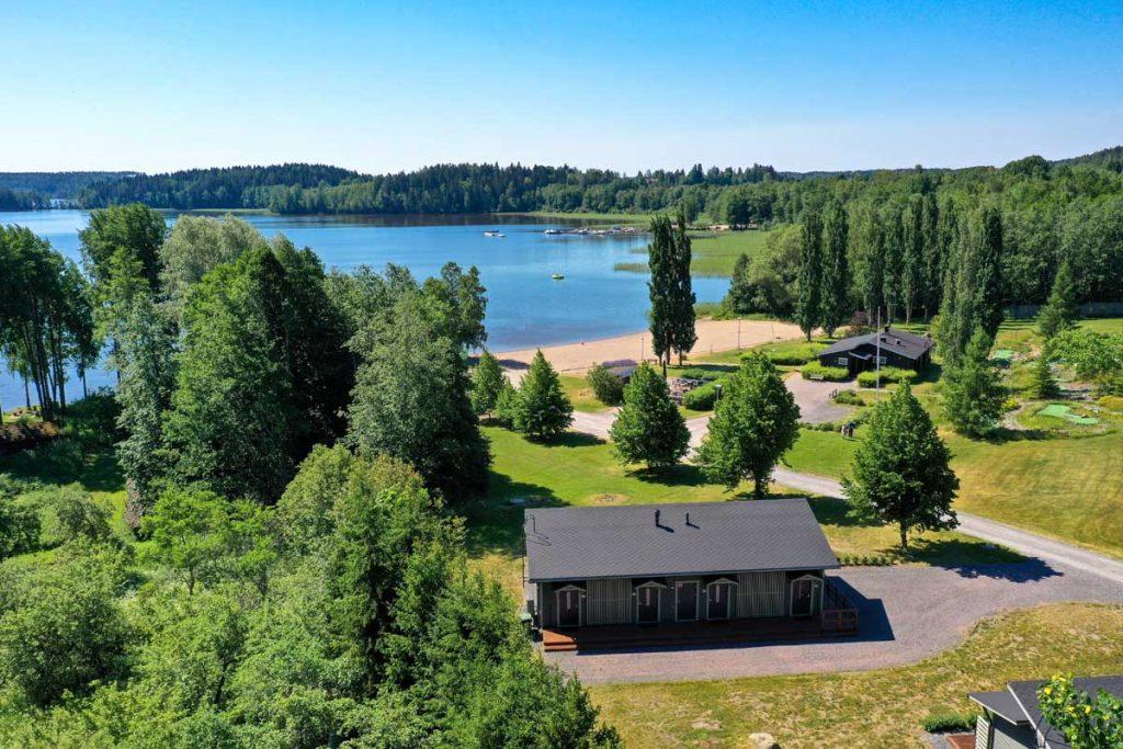 Ilmakuva Lohja Spa&Resortin majoitusrakennuksesta ja Lohjanjärvestä moduulirakennus aluerakentaminen.
