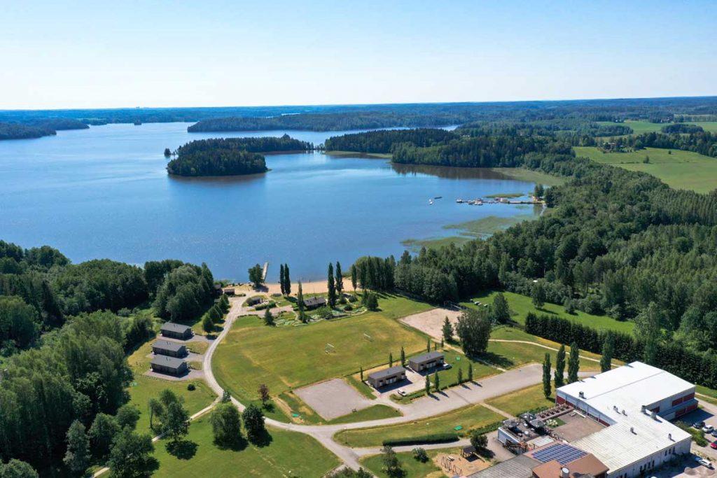 Ilmakuva Lohja Spa&Resortin majoitusrakennuksista ja Lohjanjärvestä moduulirakennus aluerakentaminen.