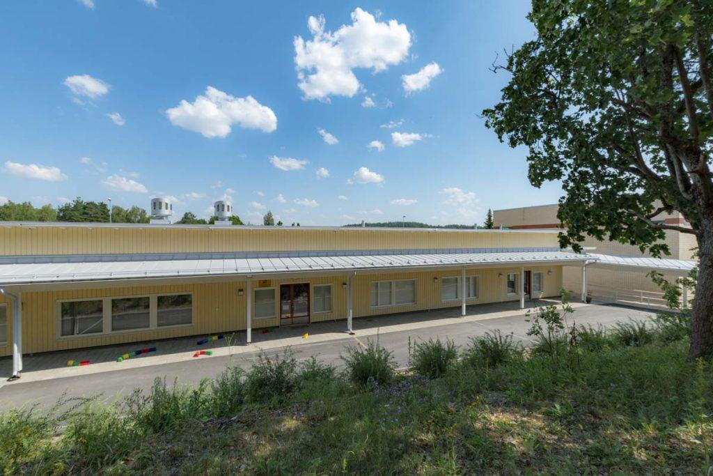 Moduulikoulun välituntipiha siirtokelpoinen koulurakennus ulkoa (12)