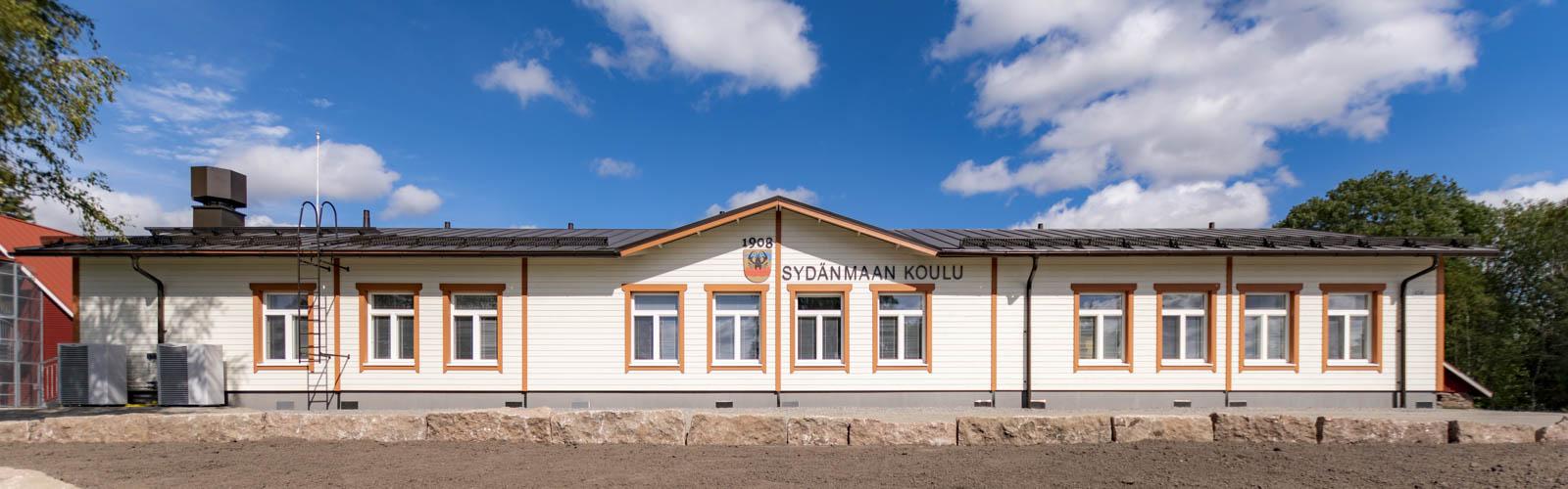 Kyläkoulu edestä puuKoulu Sydänmaa Eurajoki koulurakennus ulkoa tien puoli (11)