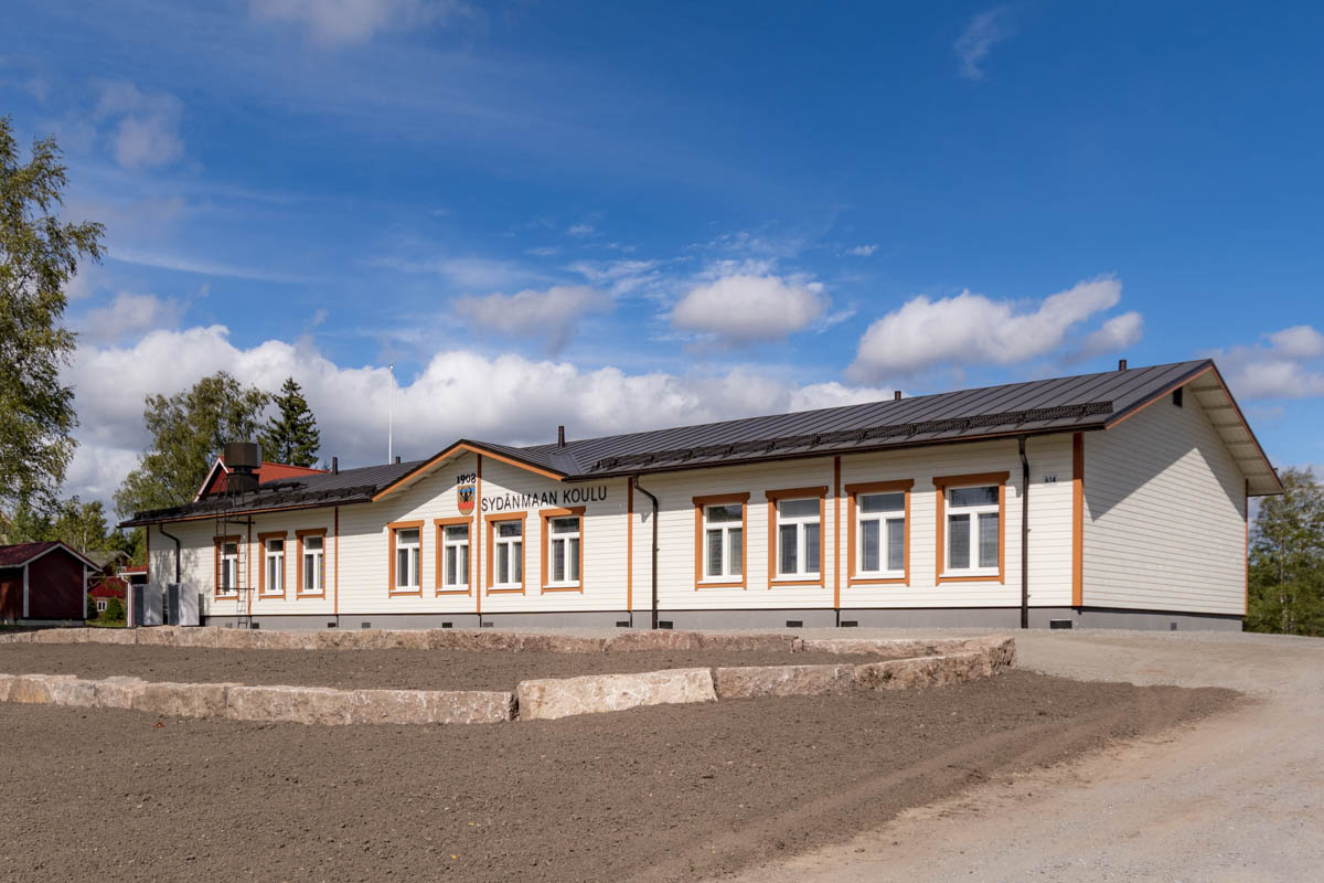 Kyläkoulu moduulikoulu puuKoulu Sydänmaa Eurajoki koulurakennus ulkoa tien puoli (6)