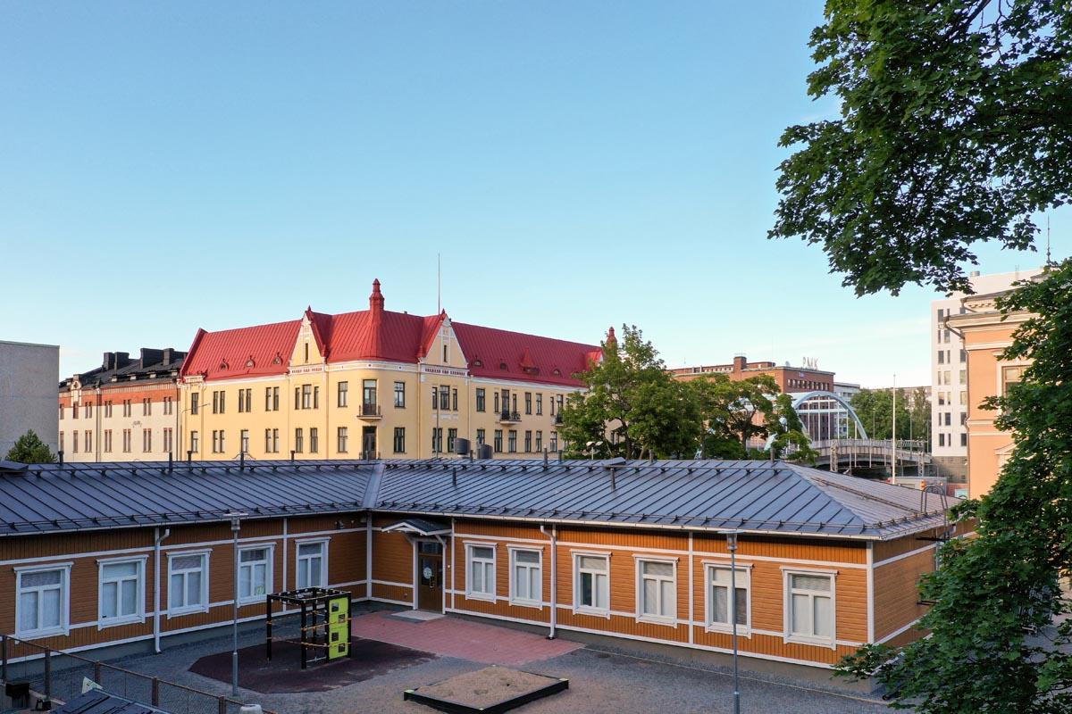 Tampereen Juhannuskylän Pikkukoulu edestä koulukentaminen moduulirakentaminen moduulikoulu.