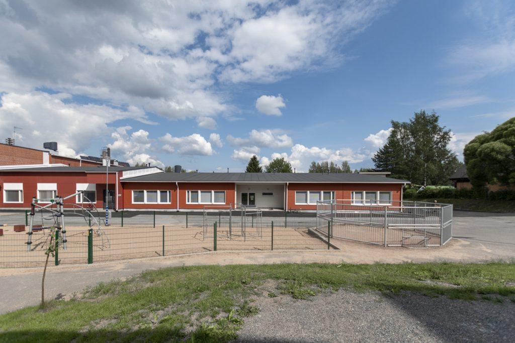 lisärakennus vanhaan koulurakennukseen yhdistettynä julkisivu.