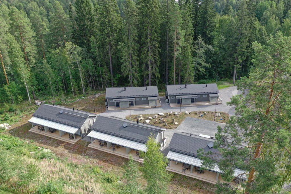 Hotellin majoitusrakennukset ilmakuvassa aluerakentaminen toimitilarakentaminen.
