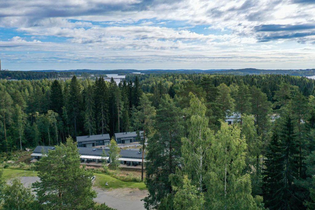 Hotellin majoitusrakennukset ilmakuvasa aluerakentaminen toimitilarakentaminen.