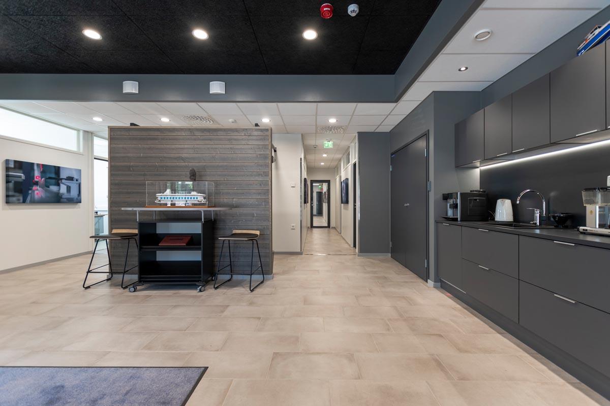 yrityksen-toimitilat-toimistorakennus-aula