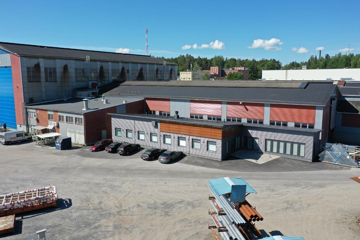 Teollisuusyrityksen toimistorakennuksen julkisivu ilmakuvassa toimitilarakentaminen.