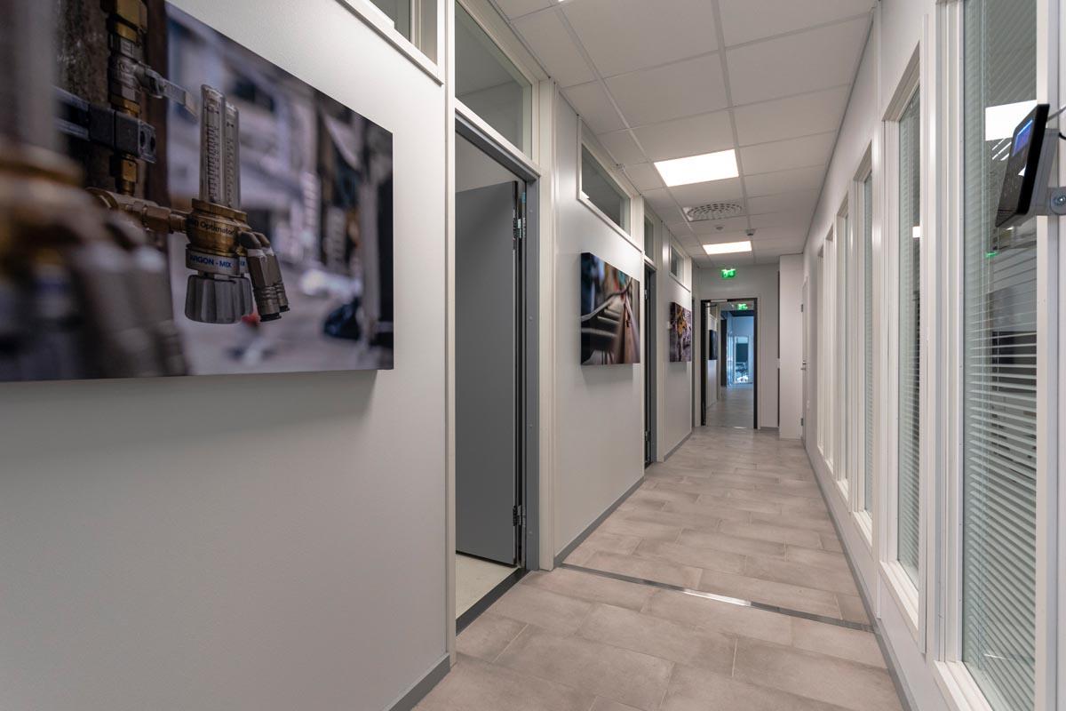 yrityksen-toimitilat-toimistorakennus-kaytava