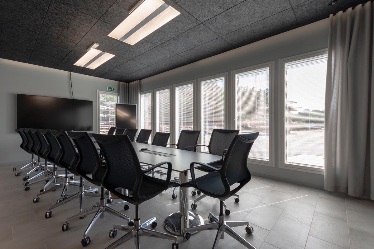yrityksen-toimitilat-toimistorakennus-neuvotteluhuone