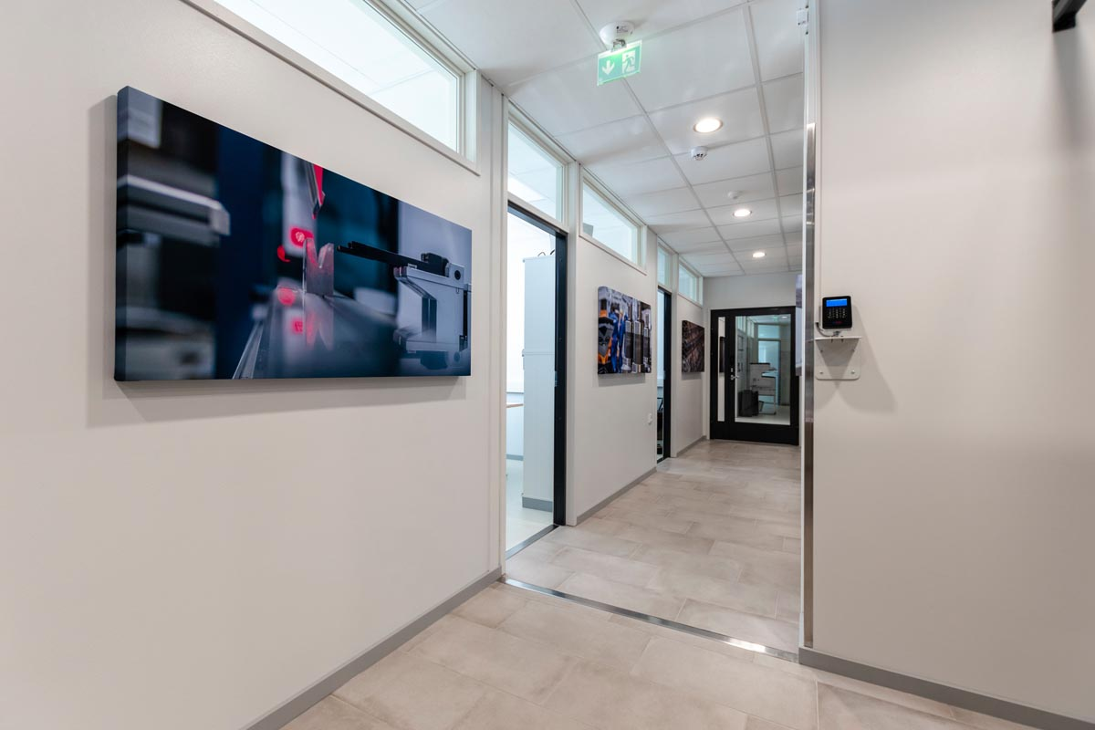 yrityksen-toimitilat-toimistorakennus-toimistohuonekaytava
