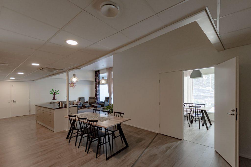 Perhekuntoutuskeskuksen ympäristömerkitty toimitilarakennus yhteiset tilat hoivarakentaminen moduulirakentaminen.
