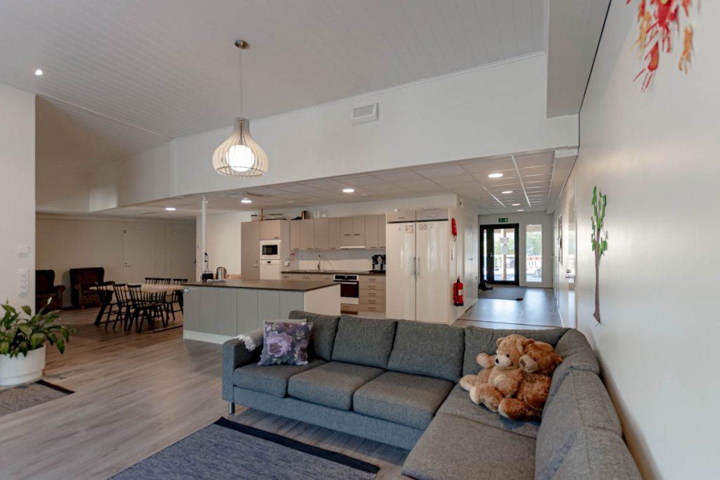 Perhekuntoutuskeskuksen ympäristömerkitty toimitilarakennus yhteistentilojen keittiö ja olohuone hoivarakentaminen moduulirakentaminen.