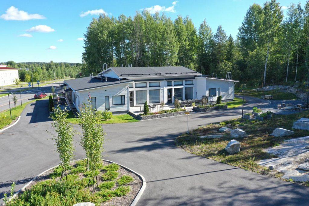 Perhekuntoutuskeskuksen ympäristömerkitty toimitilarakennus hoivarakentaminen moduulirakentaminen.