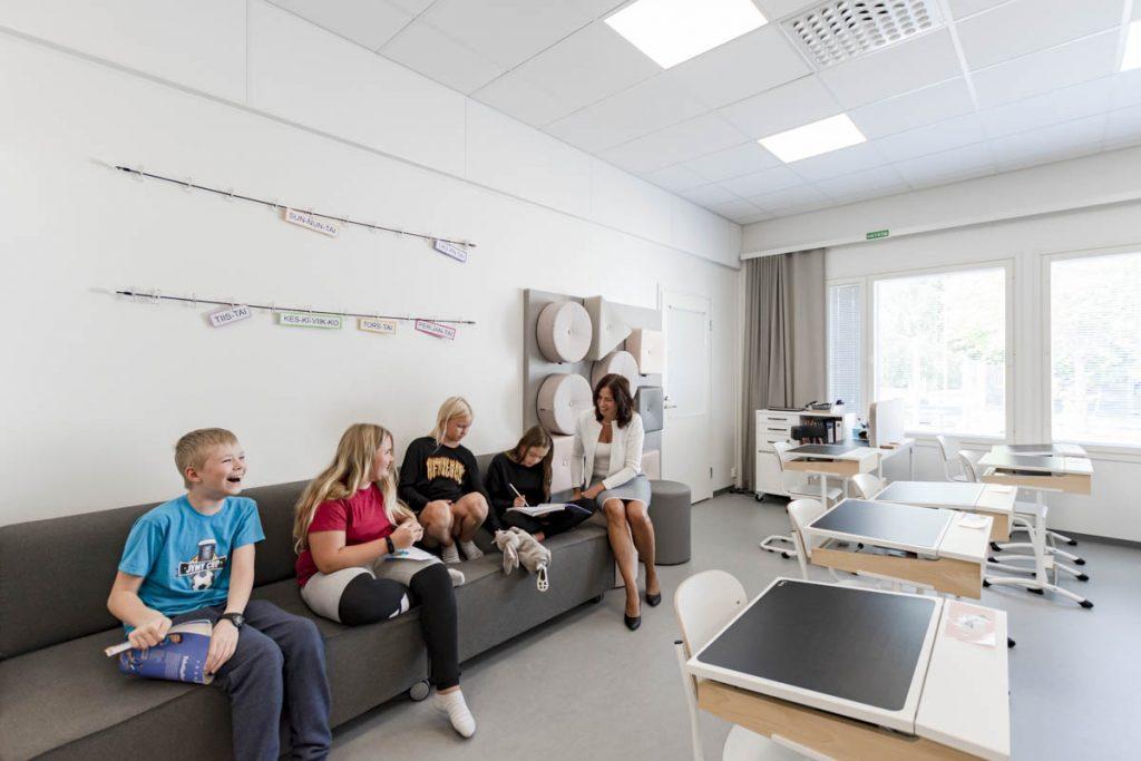 Askolan Monninkylän oppilaita opiskelemassa opettajan kanssa moduulikoulun luokkatilassa koulurakentaminen moduulirakentaminen.