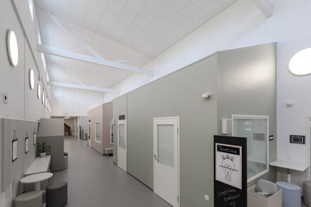 Askolan Monninkylän moduulikoulun käytävä koulurakentaminen moduulirakentaminen.