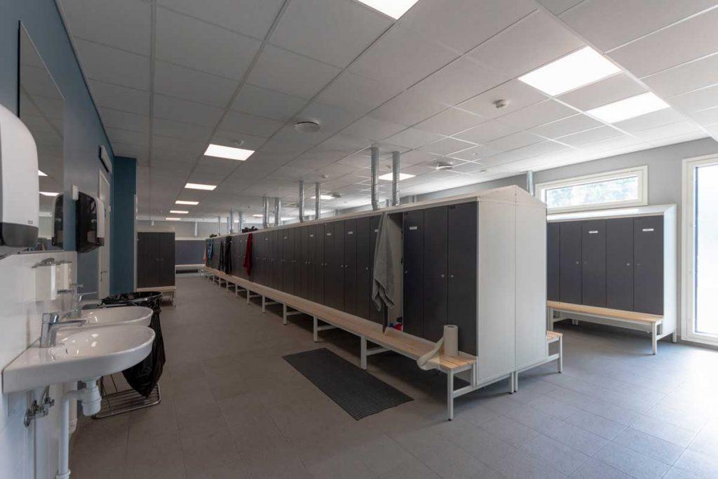Toimitilarakentaminen moduulirakennus Yrityksen sosiaalitilarakennuksen pukuhuonetilat.
