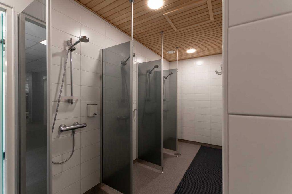 Toimitilarakentaminen moduulirakennus Yrityksen sosiaalitilarakennuksen suihkutilat.