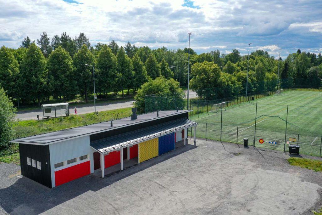 Tampereen Rantaperkiön urheilukentän huoltorakennus moduulirakennus toimitilarakentaminen.