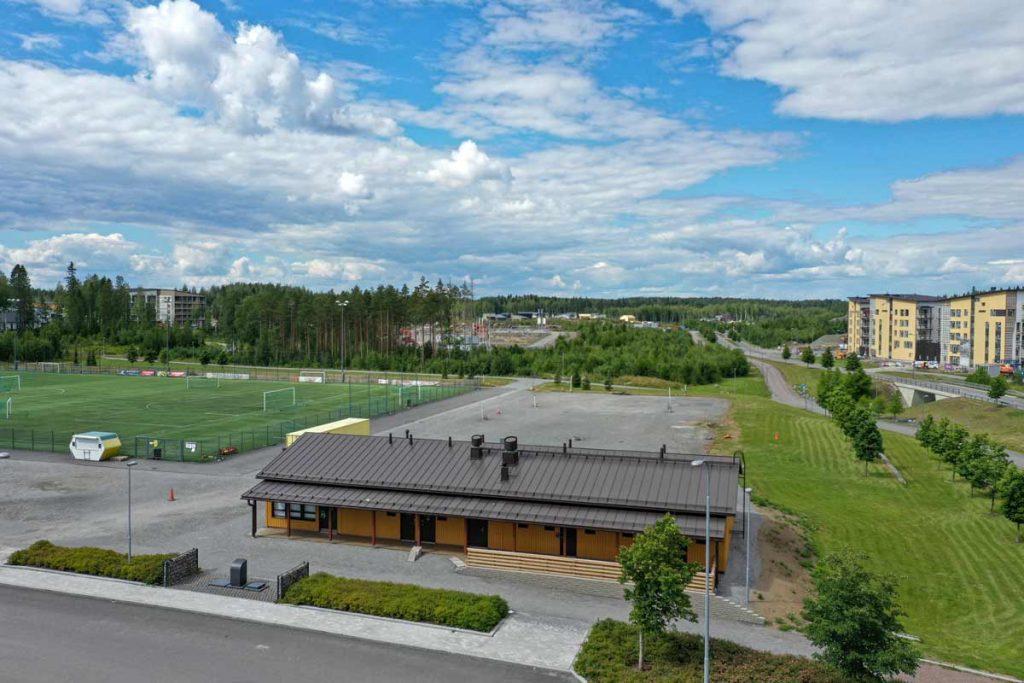 Tampereen Vuoreksen urheilupuiston huoltorakennus ilmakuva moduulirakennus toimitilarakentaminen.