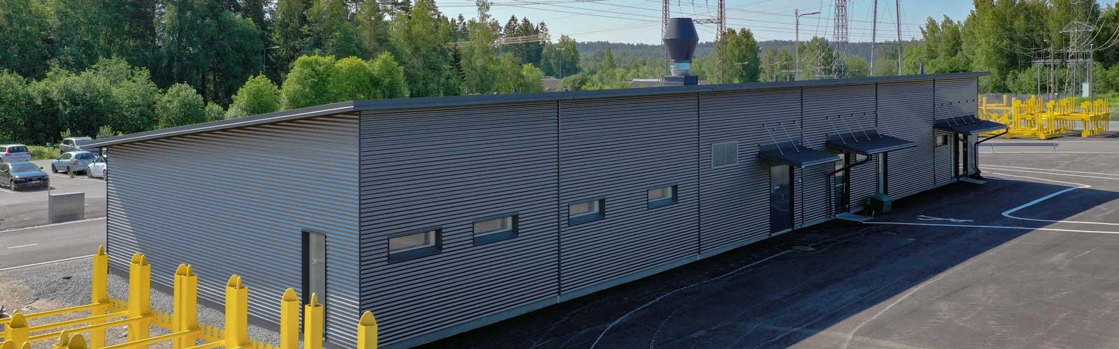 Toimitilarakentaminen moduulirakennus Yrityksen sosiaalitilarakennus edestä.